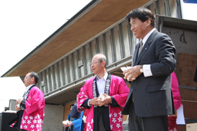 From left: President Chudo, Senior Managing Director Mori, and Mr. Kita, Mayor of Naie Town