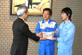 Donating receipts from sales of food and drink tickets (935,062 yen) to the Social Welfare Council