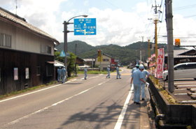 On their way back from the pachinko parlor, the participants are carefully checking the road again to pick up any litter that they didn't notice the first time.