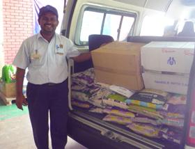 食料、日用品などを寄付しました。